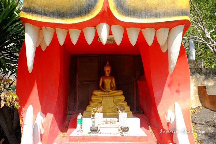 L'entrée de la grotte se trouve dans la gueule du tigre