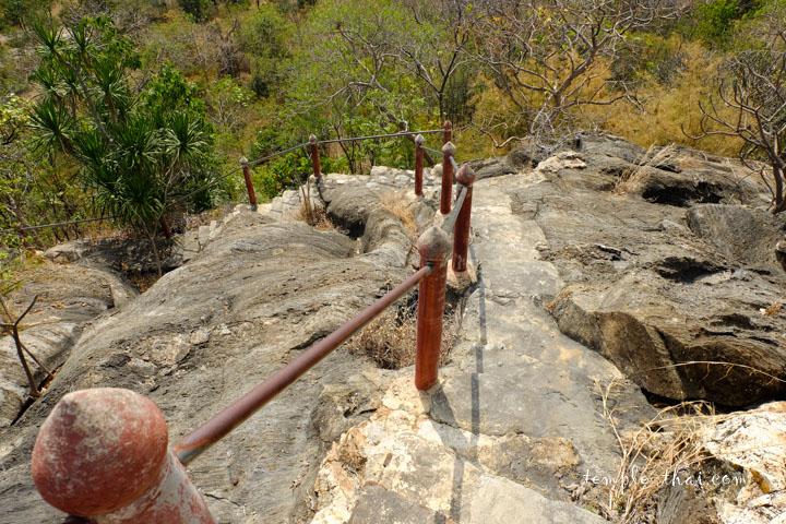 Chemin sur un rocher