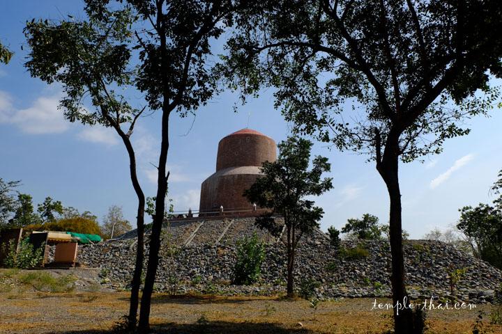 Réplique du Dhamek Stupa, symbolisant le premier sermon du Bouddha