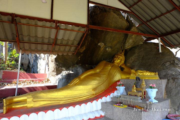 bouddha allongé au milieu des rochers