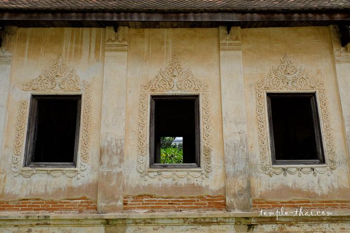 Bas-relief en stuc au dessus des fenêtres