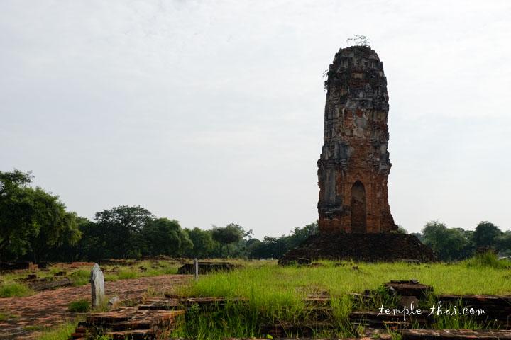 Le Prang isolé à la suite des ruines de l'Ubosot