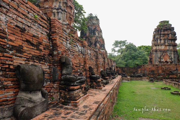 Rangée de statues en grès