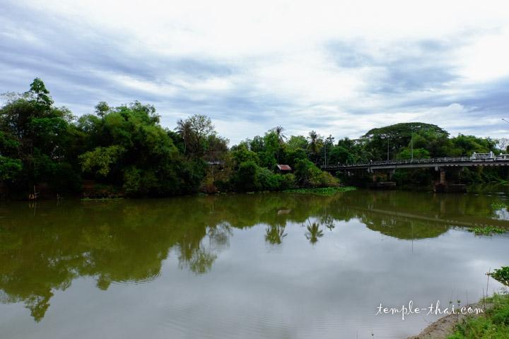 Le fleuve Bang Pakong devant le temple