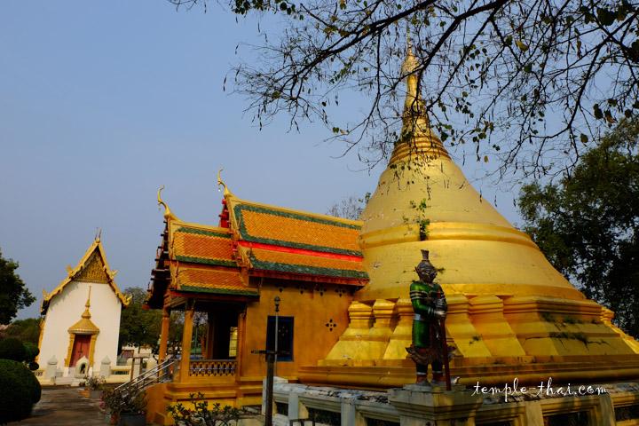 Stupa doré en forme de cône