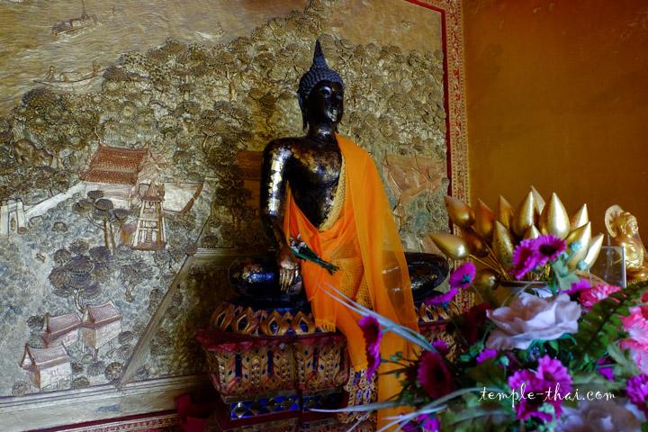bouddha et bas-relief dans le pavillon du stupa