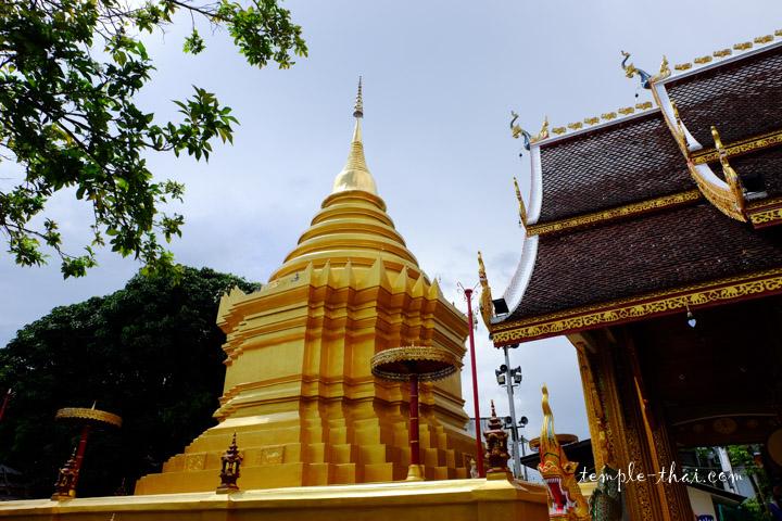 Stupa doré à la suite du Viharn