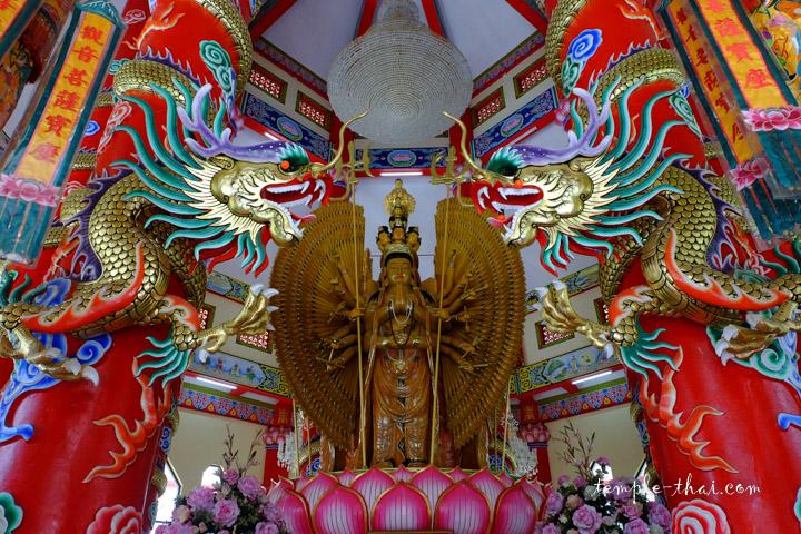 Statue de Guanyin protégé par des dragons