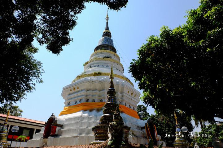 Stupa blanc de style Lanna