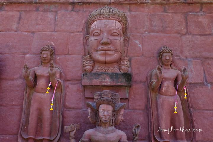 Mur sculpté en haut-relief de sytle neo-khmer