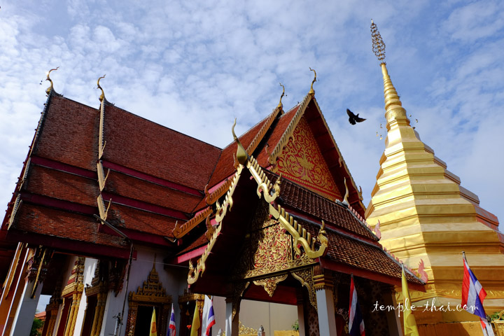 stupa doré suivi du Viharn