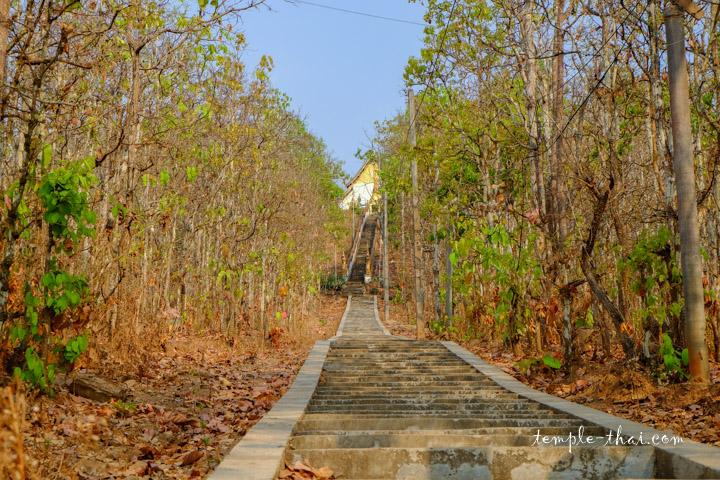 Un escalier relie le monastère depuis Paï