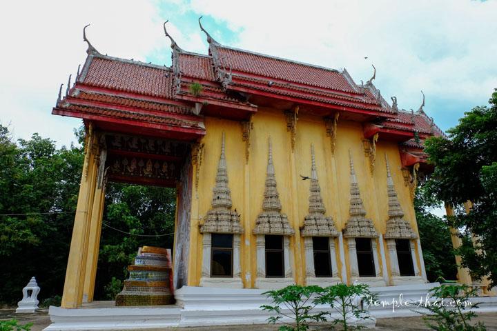 L'Ubosot est dissimulé derrière le bouddha géant