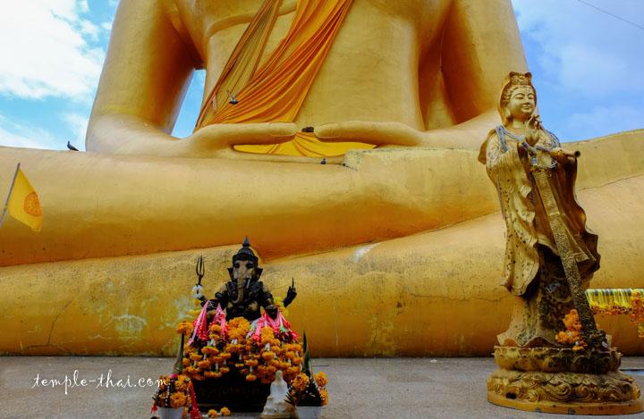 Sur le socle de la statue, Ganesh à gauche et Guanyin à droite