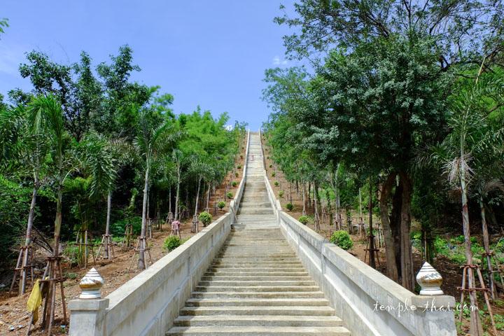 Le long escalier qui mène au bouddha noir