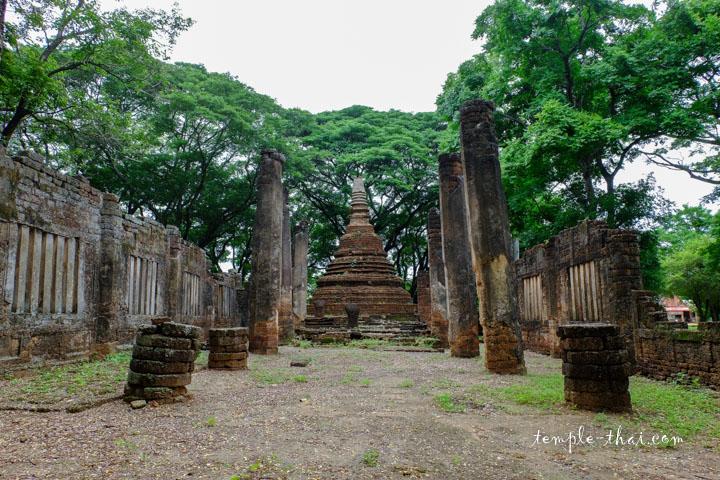Le Viharn, suivi de trois stupas