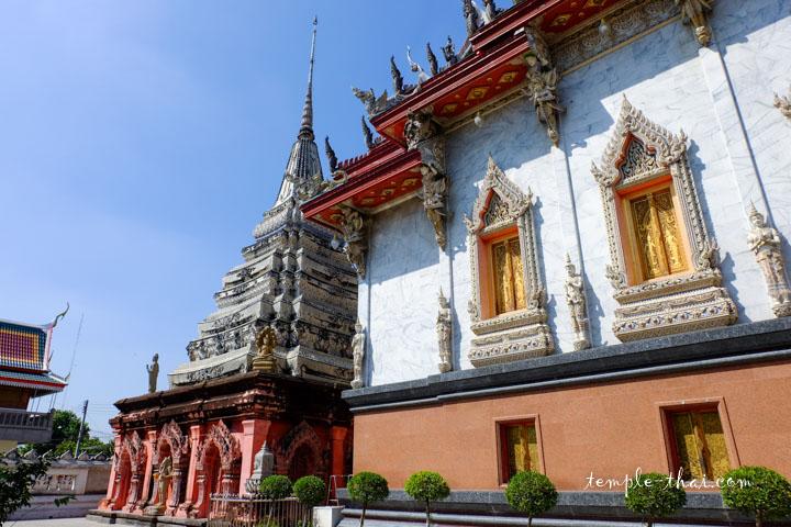 Ubosot suivi du stupa