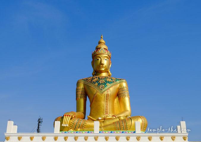 bouddha géant paré, dos au fleuve