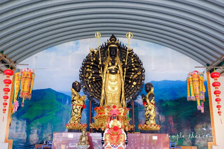 Guanyin et ses mille bras sous un hangar