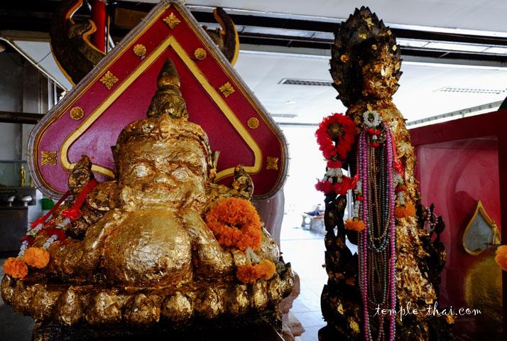 Sur la gauche, Phra Rahu avalant la lune