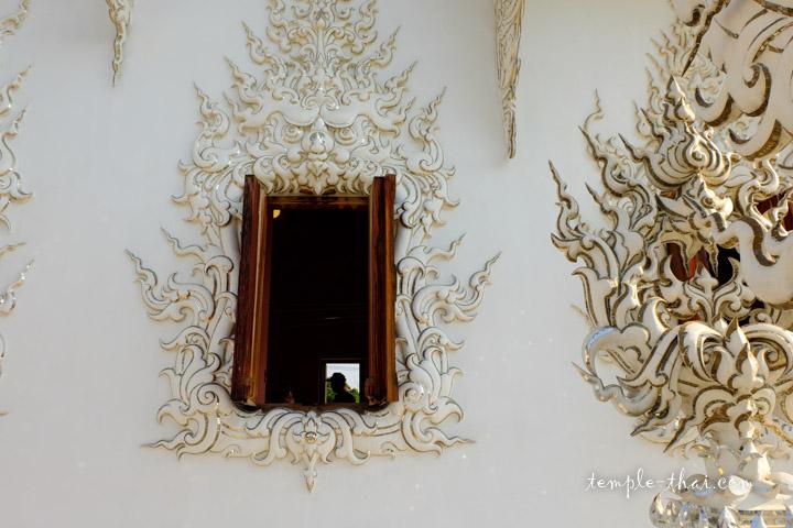 Fenêtre du temple blanc