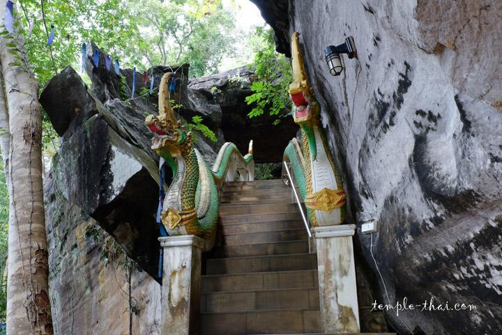 escalier entre deux rochers