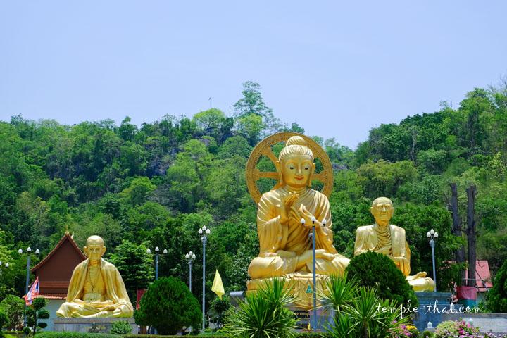 bouddha géant et statues de moine