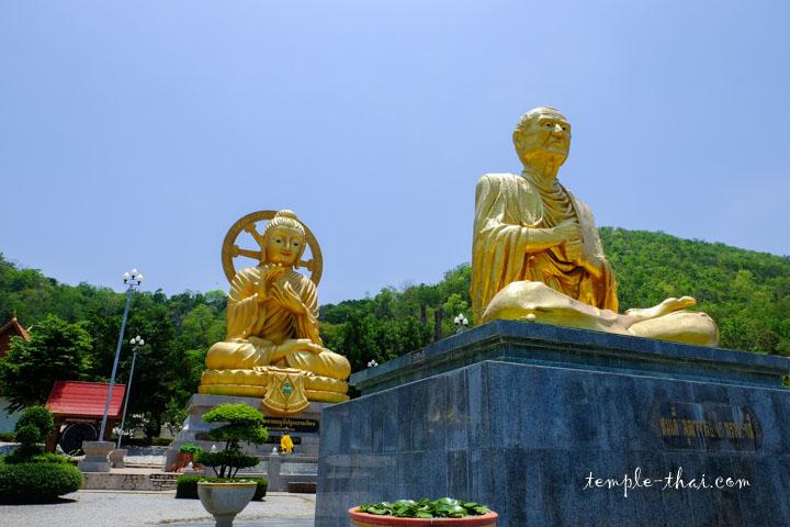 moine précédant un bouddha géant