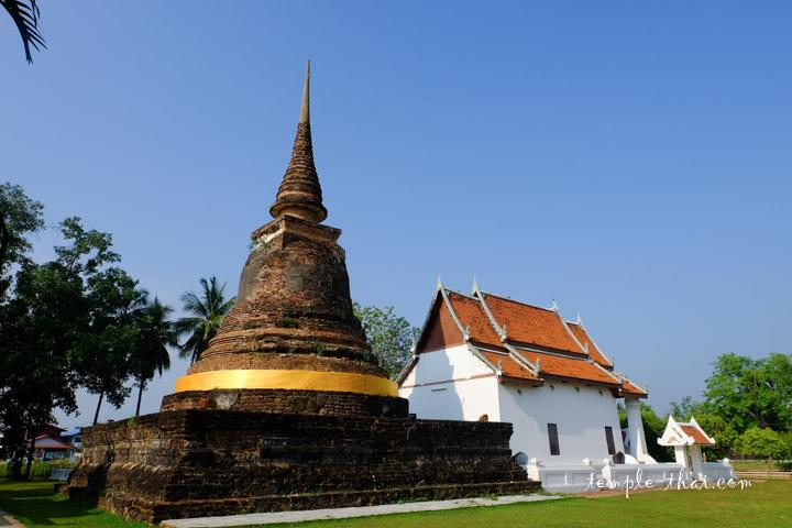 Le stupa et l'Ubosot reconstruit dans la continuité