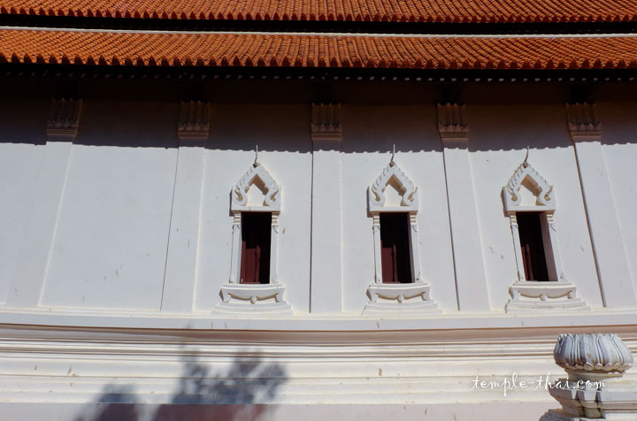 Les trois fenêtres latérales