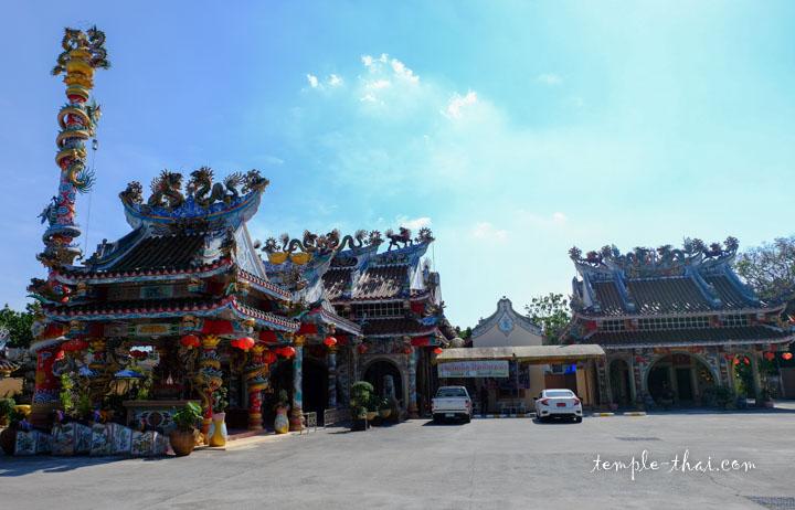 Le sanctuaire du pilier de la cité sur la gauche
