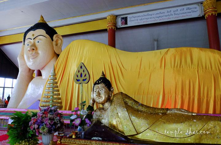 Le bouddha allongé et sa réplique recouverte de feuilles d'or