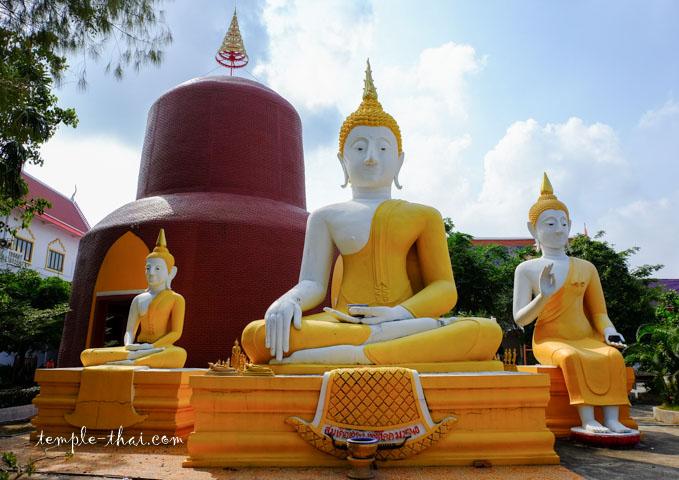 Trois bouddhas devant la réplique du Dhāmek Stūpa
