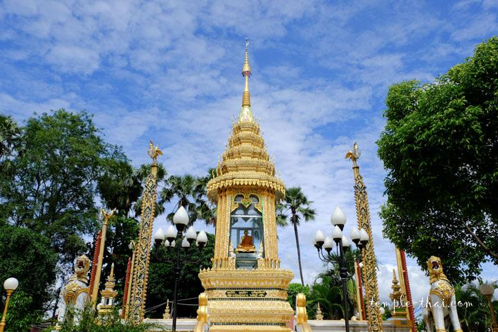 Etonnant Montop/stupa abritant l'effigie d'un bonze
