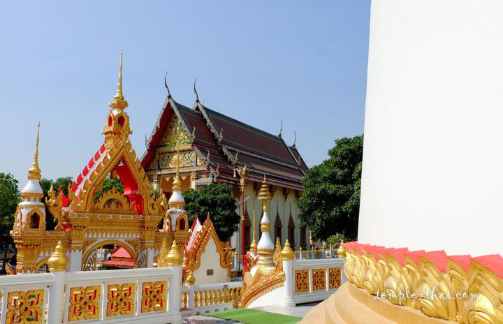L'Ubosot moderne vu depuis le stupa