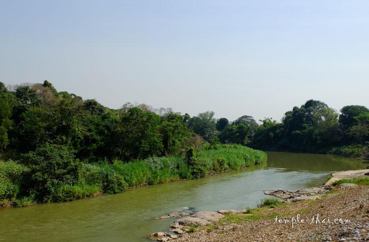 Face au bouddha allongé, la rivière Pasak