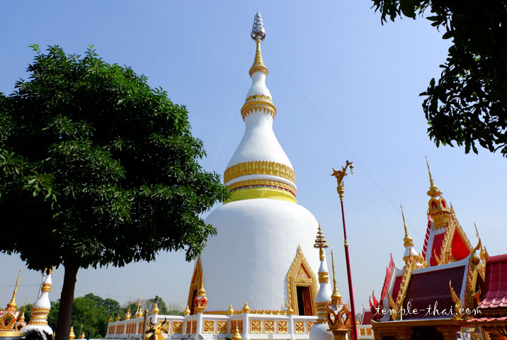 Le stupa et sa ligne élancée