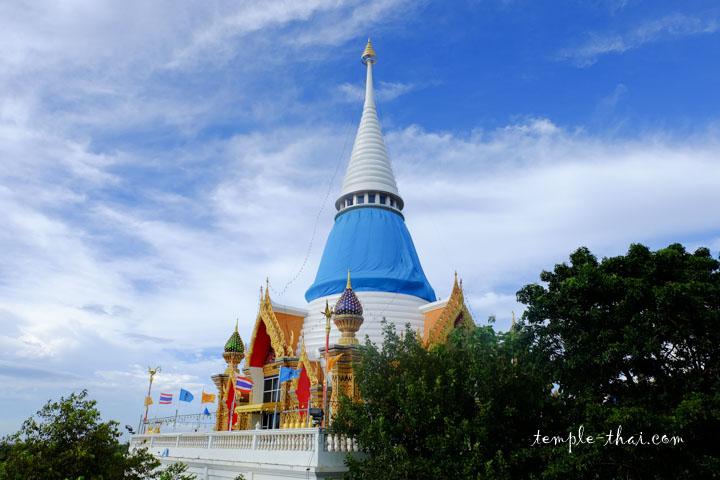 Le stupa blanc domine les lieux