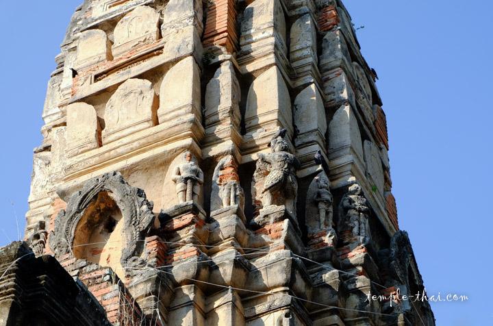 Un Garuda entouré par des Asuras