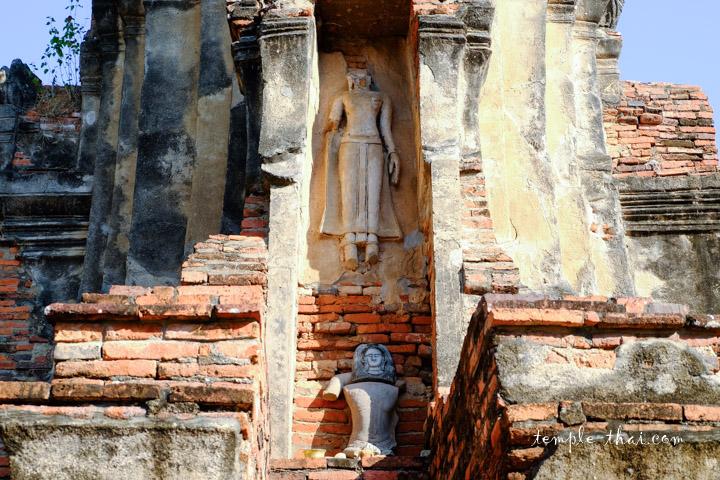 bouddha en haut-relief dans l'une des niches du Prang