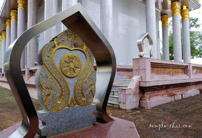 Une Bai Sema de l'Ubosot, alliant l'aspect métallique et la pierre