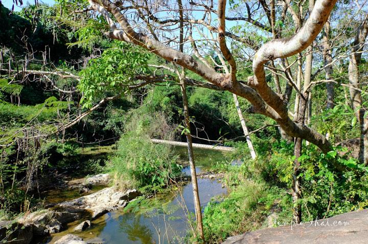 la rivière asséchée près du temple