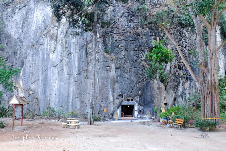 L'une des grottes au pied de la falaise