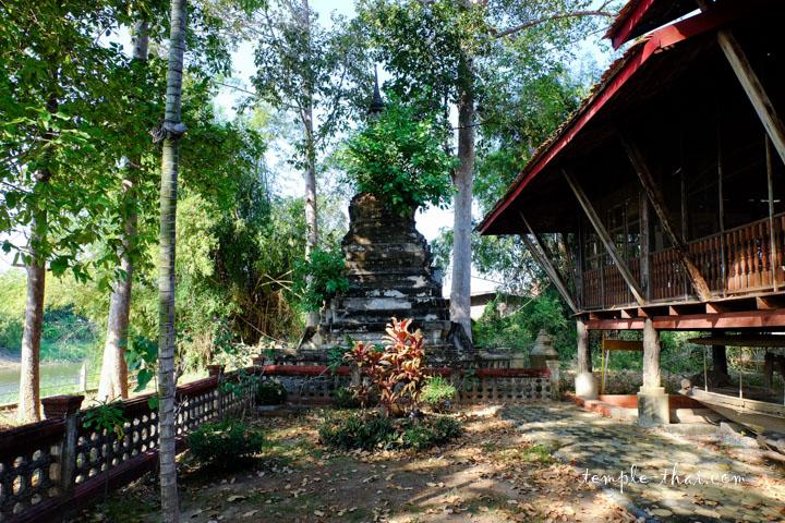 Le vieux stupa au bord de la rivière