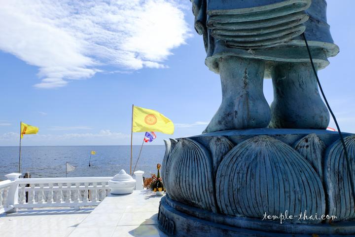 Face à l'océan, le bouddha debout