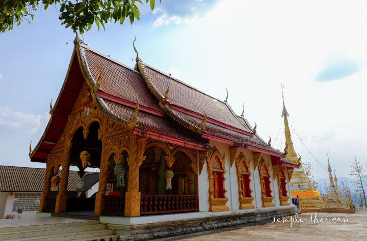 Le Viharn suivi des deux stupas
