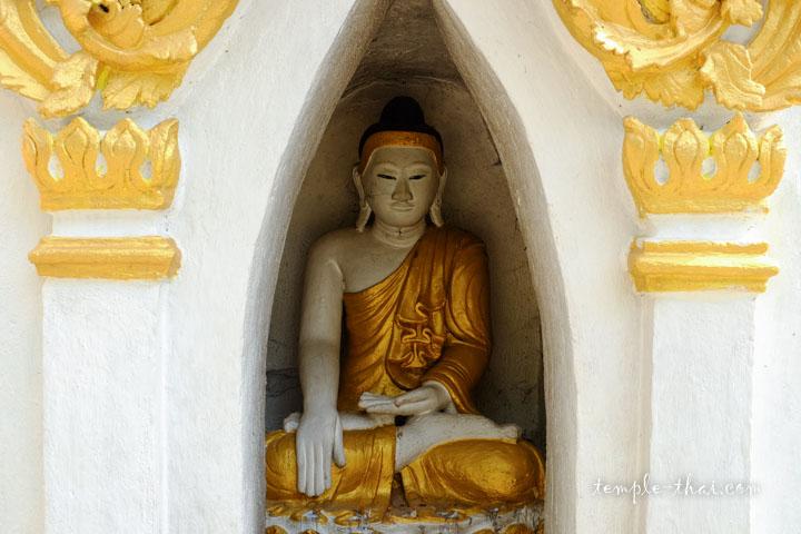 bouddha dans une niche du stupa