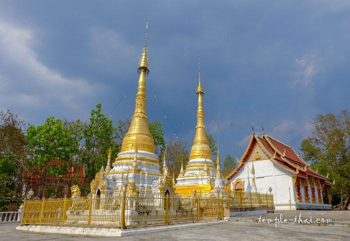 Phrathat Chom Thong, les deux stupas sacrés