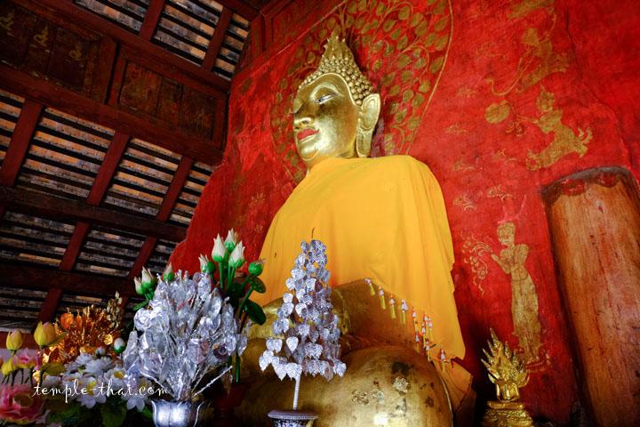 bouddha accolé au mur