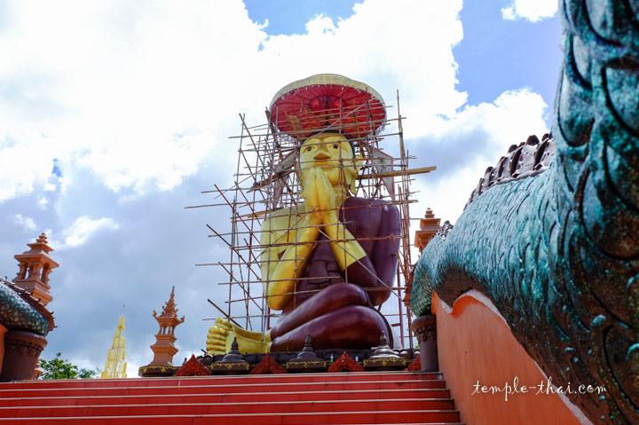 Statue géante d'un moine